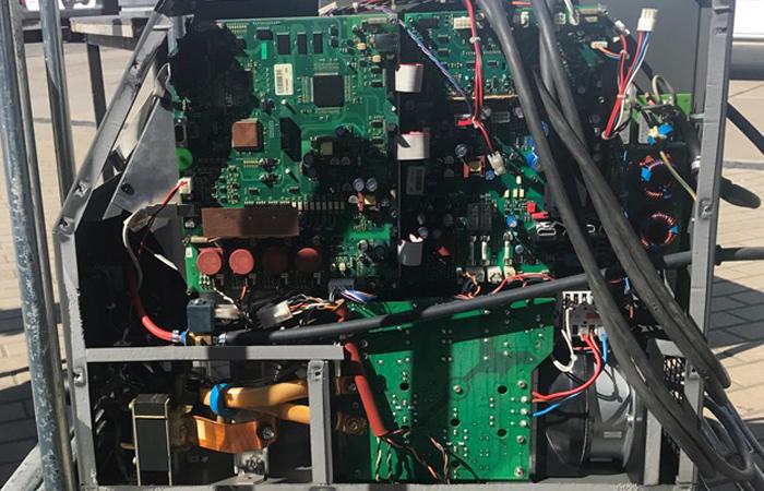 Trockeneisstrahlen von Elektronikteilen